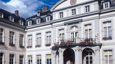 Namur: les asbl sociales privées de subsides manifestent devant le palais Provincial