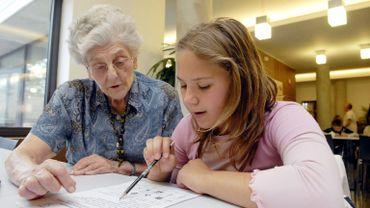 Le contact humain est un aspect important pour les personnes âgées qui ouvrent leur porte