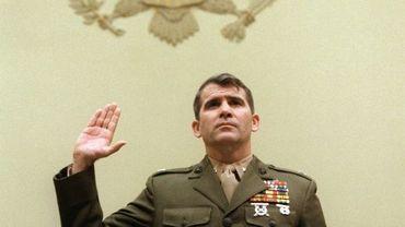 Le lieutenant-colonel Oliver North témoigne sur l'affaire des ventes d'armes illégales à l'Iran devant le Congrès le 9 décembre 1986