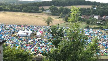 Quelque 8.000 festivaliers d'Esperanzah! occupent les 2 campings officiels de l'édition 2017 de l'événement. Ambiance calme dans le camping famille; bruyante et joyeuse dans le camping festif (photo).