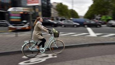 Cycliste bruxelloise dans la circulation automobile, le 03 mai 2019