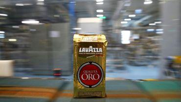 Un paquet de café dans l'usine Lavazza de Turin le 22 mars 2016