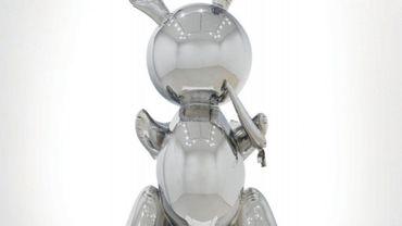 Fait rare pour une oeuvre de ce prix, ce lapin, qui fait partie d'une série de trois effectuée par Jeff Koons en 1986, a été adjugé à une personne se trouvant dans la salle.