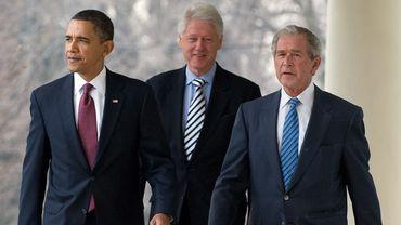 Barack Obama (à gauche), Bill Clinton (C) et George W. Bush (à droite) à Washington, DC, le 16 janvier 2010.