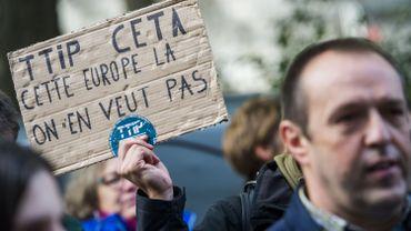 Des opposants au CETA ont manifesté devant le Parlement wallon, ce jeudi 13 octobre.