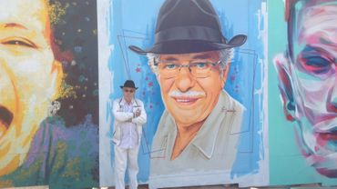 Edmond Jamoulle devant son portrait pour le projet Interfaces