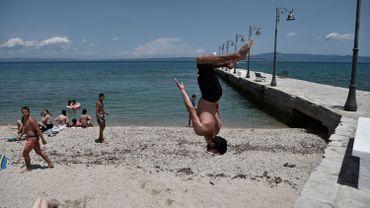 Jeune sportif sur la plage de Pefkochori, dans la péninsule d'Halkidiki, le 20 juin 2020