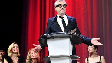 """La 75e Mostra de Venise décerne, le 8 septembre 2018, son """"Lion d'or du meilleur film"""" au réalisateur mexicain Alfonso Cuaron (C) pour """"Roma"""", un film distribué par Netflix."""