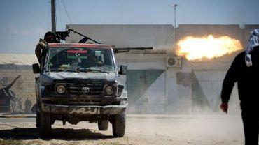 Un opposant se défend contre les troupes de Mouammar Kadhafi à Misrata