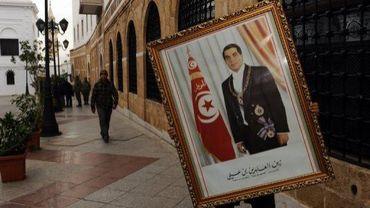 Un portrait officiel de Ben Ali emporté le 17 janvier 2011 à Tunis