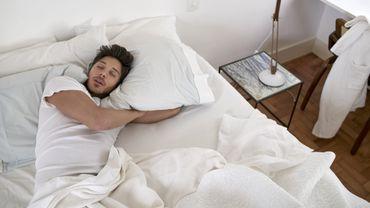 S'endormir avec un vêtement imprégné de l'odeur de sa moitié pourrait améliorer la qualité du sommeil.