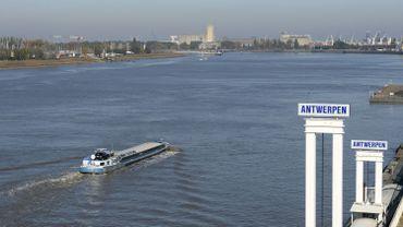 Collision entre deux bateaux sur l'Escaut à Anvers, plusieurs personnes à l'eau