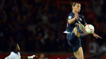 Zlatan Ibrahimovic contrôle le ballon dans les airs lors d'une rencontre PSG-Toulouse
