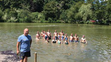 Une partie du club de natation de Woluwé-Saint-Pierre, derrière son responsable Olivier Bresoux