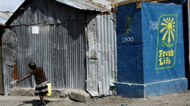 Des toilettes sèches installées dans le bidonville de Mukuru, à Nairobi, le 8 août 2019 au Kenya