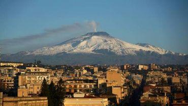 Italie: des touristes et journalistes blessés lors d'une éruption de l'Etna