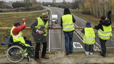 """Des """"gilets jaunes"""" manifestent le 21 novembre 2018 sur un pont au-dessus de la N70 près de Montceau-les-Mines"""