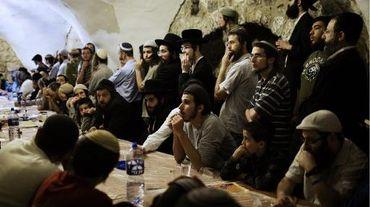 Des centaines de juifs nationalistes religieux sont rassemblés près du Cénacle à Jérusalem le 14 mai 2014 contre la venue du pape François