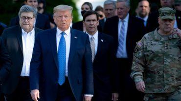 Donald Trump avec Mark Esper (à sa gauche derrière lui) le 1er juin à Washington