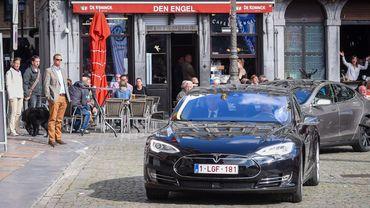 Une voiture électrique dans les rues d'Anvers… Pour les vieux véhicules diesel et essence, ce sera bientôt plus cher.