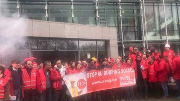 Les représentants de la FGTB devant le bâtiment de l'auditorat du travail à Charleroi