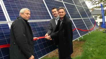 Hugues Bayet, bourgmestre et député européen, entouré de Philippe Masereel de Cofely Fabricom et Lucien Bauduin du Ministère Wallon de l'Energie