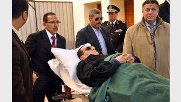 L'ancien président égyptien Hosni Moubarak arrive sur une civière au tribunal du Caire où se tient son procès, le 10 janvier 2012