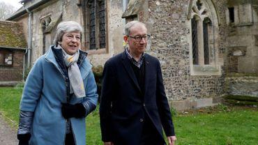 La Première ministre britannique Theresa May et son mari Philip quittent un service religieux près de Maidenhead, à l'ouest de Londres, le 7 avril 2019