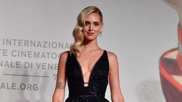 En robe noire longue Dior scintillante, Chiara Ferragni a foulé le tapis rouge  à Venise.