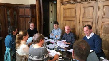 Bonne ambiance pour la réunion de cette après-midi à l'hôtel de ville de Charleroi