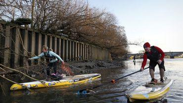 Agacés de voir leur terrain de jeu sali, les membres d'une association de paddle board, Active360, ont lancé il y a quelques années des sessions de nettoyage du fleuve.