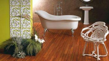 Cocoon : Du bois au sol dans une salle de bain