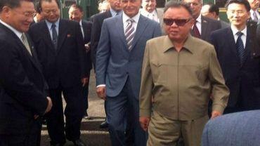 Le leader nord-coréen Kim Jong-Il (C),lors de son arrivée à la gare de Novobureisky, le 21 août 2011 en Russie