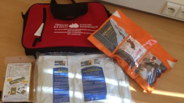 Le kit de secours se compose de matériel pour les hémorragies massives et des pansements pour brûlés