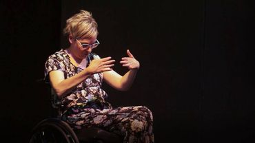 Stéphanie Binon seule en scène avec son fauteuil roulant
