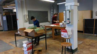 """Avant de pouvoir procéder aux """"TP à domicile"""", le professeur et les assistants ont du expédier 80 colis aux étudiants."""