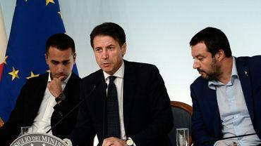 Le Premier ministre Giuseppe Conte au centre entouré de ses deux vice-Premiers ministres, Luigi Di Maio (à gauche) et Matteo Salvini (le 15 octobre 2018 à Rome)