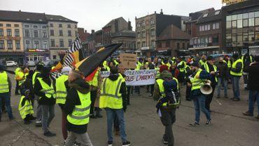 Une cinquantaine de gilets jaunes se rassemblent sur la place du Manège à Charleroi