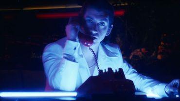 """Alex Turner dans le dernier clip des Arctic Monkeys """"Tranquility Base Hotel & Casino""""."""