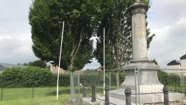 """A l'adresse de la """"rue Jambe-de-Bois"""", hommage à Jean-Jospeh Charlier, le monument aux volontaires de 1830, en cours de restauration."""