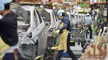 Des ouvriers sur une chaîne de montage le 4 décembre 2014 dans une usine Toyota à Aichi au Japon