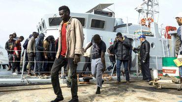 Des migrants secourus au large de la Libye débarquent sur la base navale de Tripoli, le 10 mars 2018