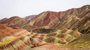 """Monts de grès """"arc-en-ciel"""" du parc géologique national de Zhangye Danxia, province du Gansu (Chine)."""