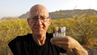 Guy Erlich dévoile quelques-unes des ampoules d'huiles parfumées qu'il a mises au point.