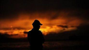 Un policier turc se tient près de la mer de Marmara le 9 octobre 2011 à Bursa
