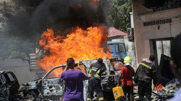 Des pompiers sur les lieux d'un attentat à la voiture piégée, le 29 janvier 2019 à Mogadiscio, en Somalie