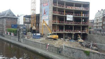 Les gravats du chantier de la Maison de la Culture, à Namur, sont évacués via une péniche.