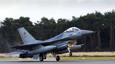 """Le Rafale toujours en lice pour le remplacement des F-16, malgré une offre """"hors procédure"""""""