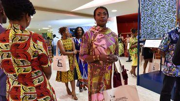 Le wax, ce tissu coloré avec des dessins pleins d'humour et de messages sociétaux, passionne jusque dans la haute couture.