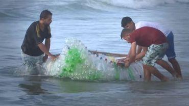 À Gaza, il construit un bateau avec des bouteilles en plastique